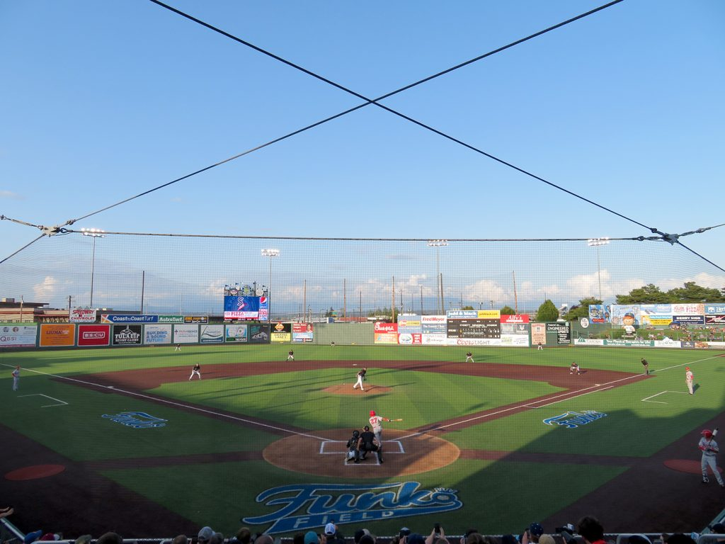 Overview of a baseball field as Everett AquaSox left-handed pitcher Félix Hernández throws a pitch to Spokane Indians shortstop Derwin Barreto.